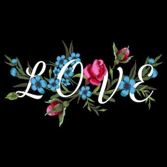 Haftowane czerwone róże i niebieskie kwiaty. napis love