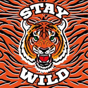 """Haftowany nadruk graficzny z gniewną głową dzikiego tygrysa z frazą """"bądź dziki"""" na tle skóry tygrysa. nowoczesna maskotka ilustracja logo ubrania t shirt bluza plakat naklejki naszywki."""