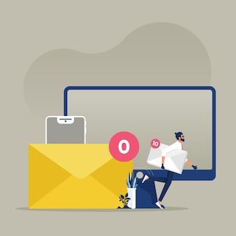 Haker trzymający kopertę pełną danych z listu bez nowego e-maila, osobisty e-mail poufny