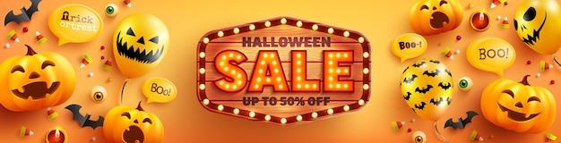 Halloween sale plakat i szablon transparent z uroczą dynią halloween, balonami ducha i znakiem drewna na pomarańczowym tle. strona upiorna,