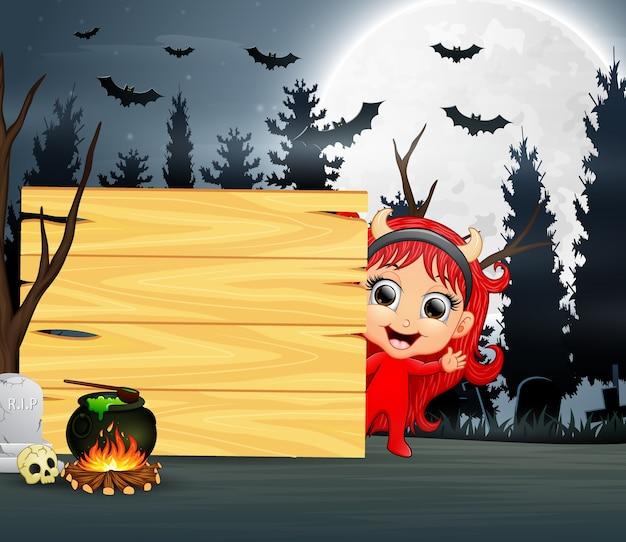 Halloweenowa kreskówka dziewczyna jest ubranym czerwonego diabła kostium