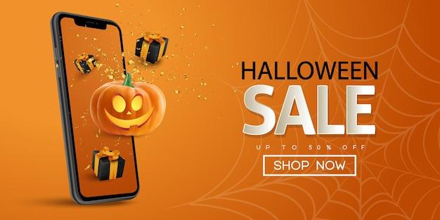 Halloweenowy baner sprzedaży z pudełkiem na smartfona i realistyczną nowoczesną dynią na pomarańczowym tle
