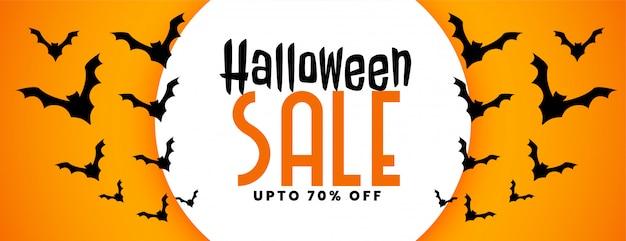 Halloweenowy festiwal sprzedaży sztandar z latającymi nietoperzami