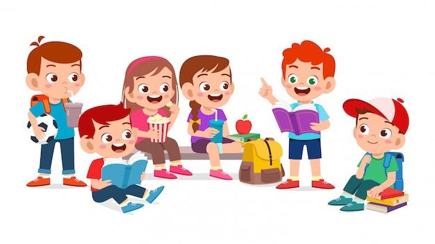Happy cute dzieci chłopiec i dziewczynka razem czytać książkę