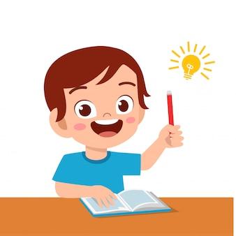 Happy cute kid boy nauki ciężko myśleć