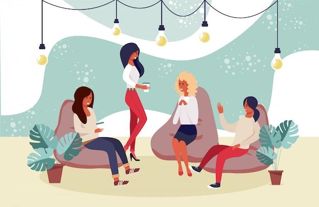 Happy smiling women friends, współpracownicy o odpoczynku