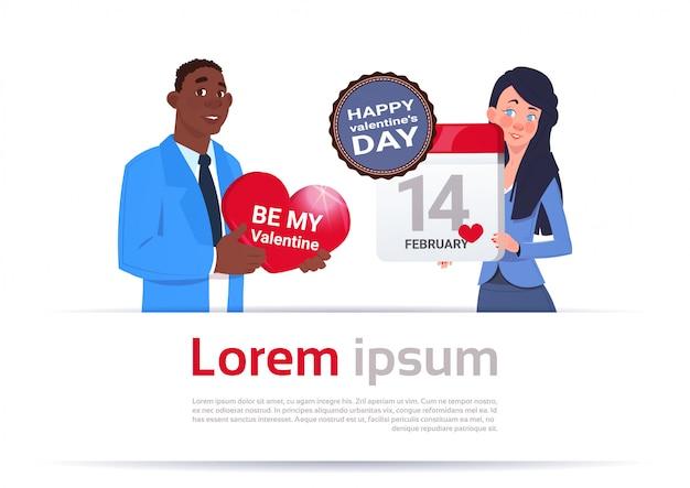 Happy valentine day concept młoda para trzymając serce kształt karty i kalendarz strony na tle szablonu