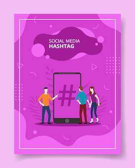 Hashtag w mediach społecznościowych ludzie stojący przed smartfonem dla szablonu ulotki
