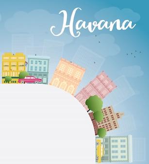 Hawańska linia horyzontu z kolorem budynku, niebieskim niebem i kopii przestrzenią