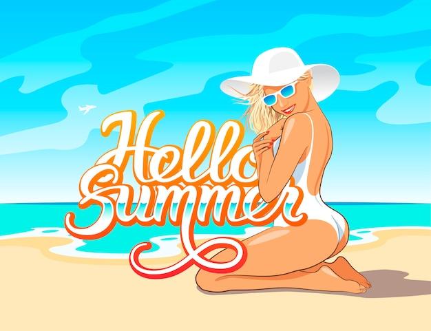 Hello summer odręczny napis z piękną dziewczyną w białym stroju kąpielowym, kapeluszu i okularach przeciwsłonecznych, siedzącą na piasku plaży nad morzem