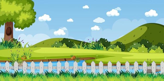 Horyzont natury scena lub krajobrazowa wieś z lasowym widokiem i pustym niebem przy dniem