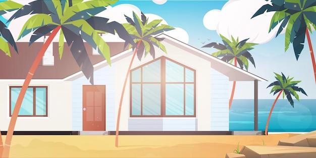 Hotel nad błękitnym, czystym i spokojnym morzem. willa na piaszczystej plaży z palmami.