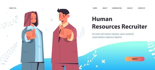 Hr menedżerowie wybierając szczęśliwy kandydat wskazując palcami na wolne miejsce pracy otwartej rekrutacji zasobów ludzkich koncepcja kopia przestrzeń poziome ilustracji wektorowych portret