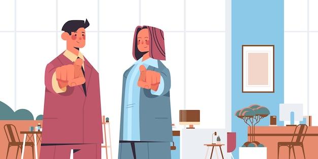 Hr menedżerowie wybierając szczęśliwy kandydat wskazując palcami na wolne miejsce pracy otwartej rekrutacji zasobów ludzkich koncepcja wnętrza biura pozioma ilustracja wektorowa portret