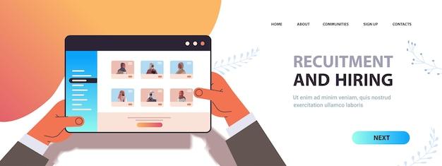 Hr ręce menedżera wybiera arabskich biznesmenów kandydatów na ekranie tabletu rekrutacja i zatrudnianie koncepcja zasobów ludzkich pozioma kopia przestrzeń portret ilustracji wektorowych