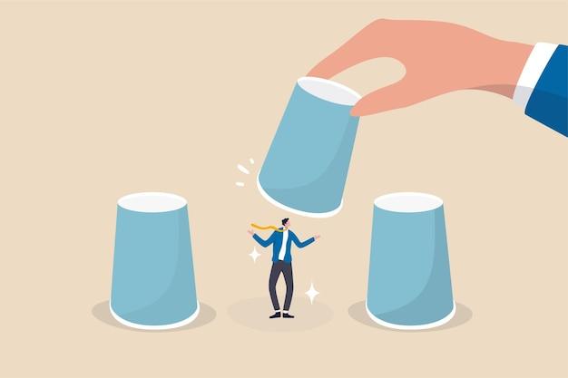 Hr, zasoby ludzkie wybierające kandydata, wybór kariery lub zatrudnianie menedżera i koncepcja zatrudnienia, ręka pracodawcy podnosząca wybrany kubek, aby wybrać kandydata na biznesmena z kubków gry zgadywania.
