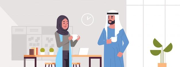 Ic para biznesmenów picia cappuccino arabski biznes kobieta mężczyzna dyskusji podczas spotkania przerwa na kawę koncepcja nowoczesne biuro salon wnętrze portret poziomy