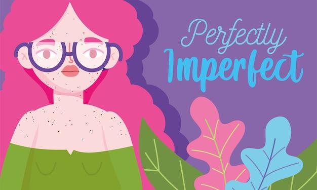 Idealnie niedoskonała, młoda kobieta w okularach i piegach na całym ciele
