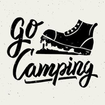 Idź na kemping. buty turystyczne. ręcznie rysowane frazę literowanie na białym tle. element plakatu, karty z pozdrowieniami. ilustracja