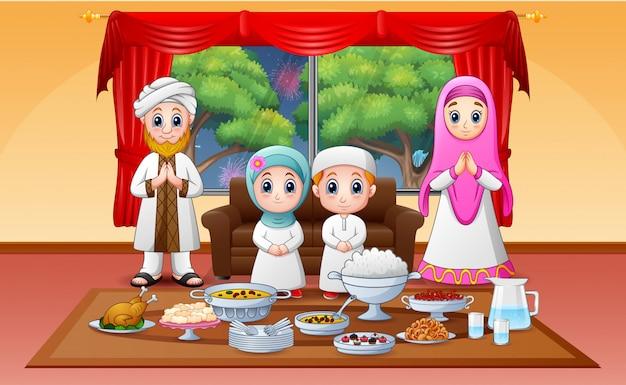 Iftar w świętym miesiącu ramadan z rodziną muzułmańską