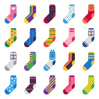 Ikony skarpet. dzieci stopy ubrania i paski pończosznicze ciepłe na białym tle płaski zestaw