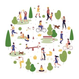 Ilustracja aktywności na świeżym powietrzu w parku letnim. aktywni ludzie z kreskówek spędzają razem czas w parku miejskim, spacerując lub bawiąc się z psem, bawią się i wykonują ćwiczenia sportowe na białym tle