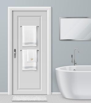 Ilustracja białych ręczników wiszących na wieszaku na drzwiach w łazience z nowoczesną wanną i lustrem
