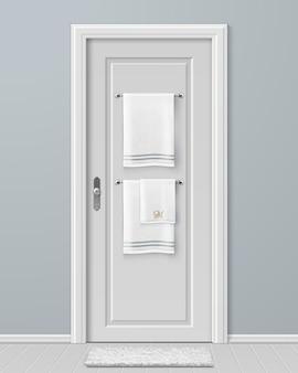 Ilustracja białych ręczników wiszących na wieszaku na drzwiach w nowoczesnej łazience