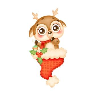 Ilustracja cute jelenia bożego narodzenia kreskówka trzyma zabawkę choinkę w czerwonym santa hat