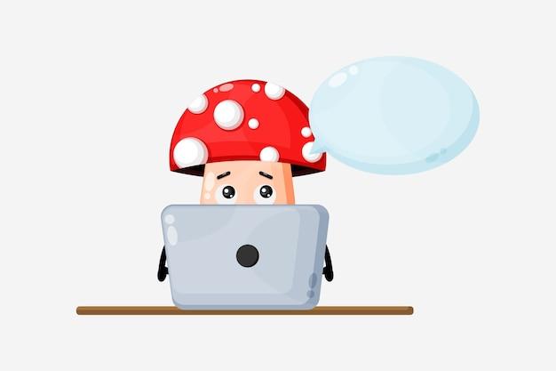 Ilustracja grzybów pracujących na laptopie. postać z kreskówki maskotka grzyb