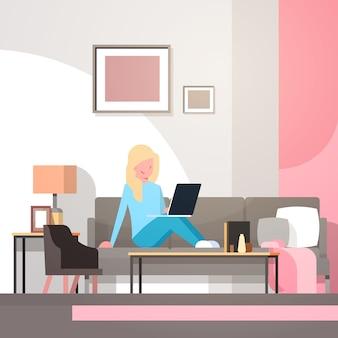 Ilustracja kobieta pracuje od domu