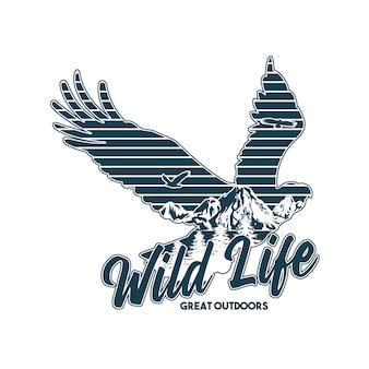 Ilustracja logo w stylu vintage z nadrukiem odzieży z dzikimi zwierzętami amerykańskiego orła i wielkimi górami wewnątrz sylwetki. podróż, camping, outdoor, przyroda, dzicz, zwiedzanie.