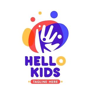 Ilustracja machającego logo projektu dziecka, z kolorowymi nowoczesnymi akcentami