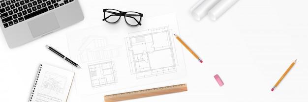 Ilustracja miejsce pracy architekta - projekt architektoniczny, plany, rolki planów i długopis na planach. widok narzędzi inżynierskich z góry. tło budowy.