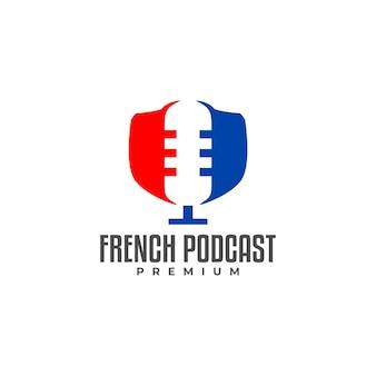 Ilustracja mikrofonu w przestrzeni negatywnej dla francuskiej flagi do logo podcastu