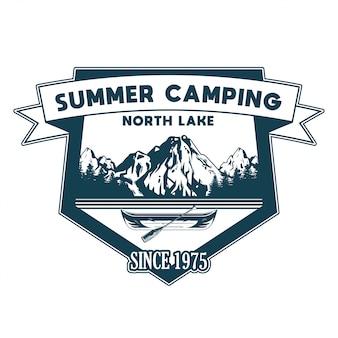 Ilustracja projektu w stylu vintage, godło, łata, odznaki z drewnianym kajakiem na wycieczkę po jeziorze i niektórych drzewach i górach przygoda, podróż, letni camping, outdoor, naturalny, koncepcja