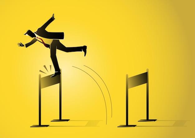 Ilustracja przedstawiająca biznesmena skaczącego i potykającego się o barierę na żółtym tle