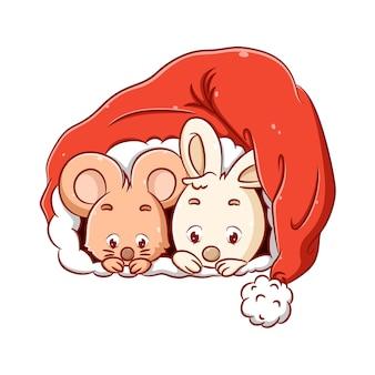 Ilustracja przedstawiająca małą myszkę i królika chowa się w świątecznej czapce, ponieważ jest im zimno