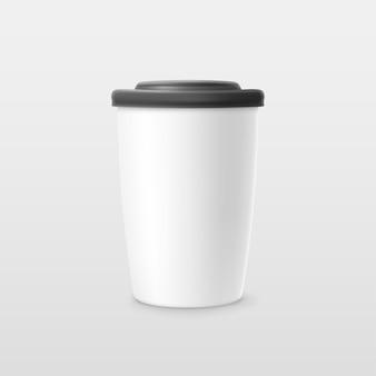 Ilustracja realistycznej białej papierowej filiżanki kawy z czarną czapką na jasnym tle