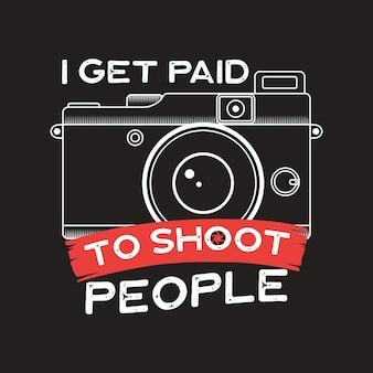 Ilustracja typografii fotograficznej do t-shirtu, wydruków, plakatów z aparatem w starym stylu i cytatem - zarabiam na fotografowaniu ludzi. godło rocznika. grafika wektorowa fotografii.