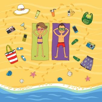 Ilustracja wektorowa kreskówka z góry para leżąca na ręcznikach na złotym piasku opalająca się na tropikalnej plaży nad brzegiem wody w otoczeniu różnych ikon wakacyjnych