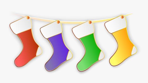 Ilustracja wektorowa świątecznych czerwonych, fioletowych, zielonych i żółtych skarpet na linie w stylu papercut z przezroczystymi cieniami na białym tle