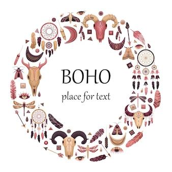 Ilustracja wektorowa z elementami boho. okrągły szablon z miejscem na tekst. zwierzęca czaszka, nosiciel snów; strzały i pióra.