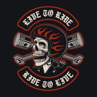 Ilustracje czaszki rowerzysty ze skrzyżowanymi tłokami na ciemnym tle. jest to idealne rozwiązanie do logo, nadruków na koszulach i wielu zastosowań.
