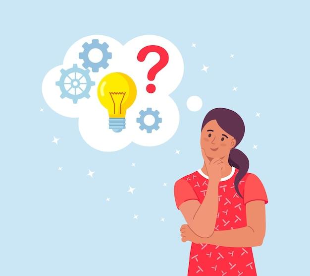Inteligentna kobieta myśli lub rozwiązuje problem. zamyślona dziewczyna z myślowymi bąbelkami, znakami zapytania, żarówką. dziewczyna jest zagmatwana