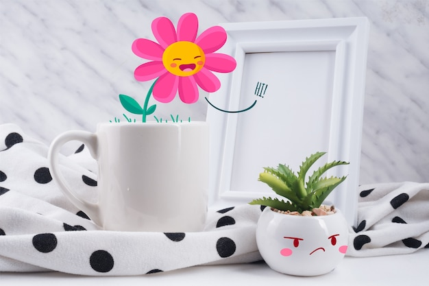 Interaktywna scena z zabawkami i ilustrowanymi roślinami