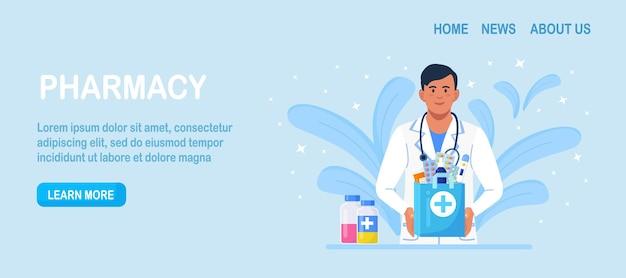 Internetowa usługa apteki z dostawą do domu. farmaceuta trzyma w rękach papierową torbę z lekarstwami, lekami i butelkami z pigułkami. lekarz w białym fartuchu ze stetoskopem