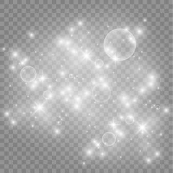Iskry pyłu i złote gwiazdy świecą specjalnym światłem. wektor błyszczy na przezroczystym tle.
