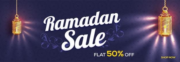 Islamski święty miesiąc, ramadan sale banner ozdobiony świecącymi wiszącymi lampami i pięknym kwiatowym wzorem.