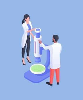 Izometryczna ilustracja wektorowa różnorodnego mężczyzny i kobiety w białych fartuchach badających zieloną substancję pod mikroskopem podczas pracy w laboratorium na niebieskim tle